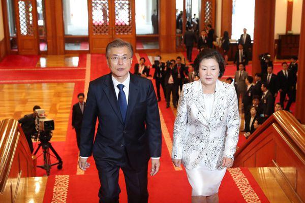 韩国新总统文在寅携妻入主青瓦台 向民众鞠躬致意