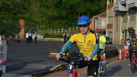 马英九挑战骑行70公里 9名保镖陪骑(图)