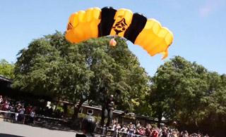 美军士兵到高中讲课 从高空跳伞进学校