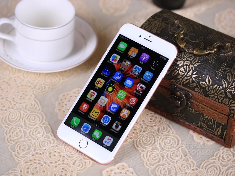 图为:苹果iPhone 6S Plus(国际版/双4G) 苹果iPhone6sPlus在机身依旧延续了之前的5.5英寸大小1080P的显示屏,在硬件方面该机则搭载有全新A9+M9双处理器组合,性能比起之前A8系列要提升不少,并且还有搭载全新的2GB内存,性能表现更优秀,此外系统方面也运行最新iOS 9操作系统。拍照方面提升更加明显,该机配有1200万像素的后置镜头还有500万像素的前置镜头,拍照实力更为优秀。