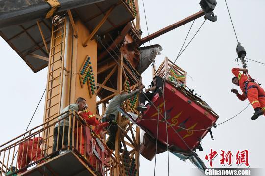 山西太原迎泽公园游乐设施臂杆断裂 4人被困半空