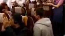 老外在泰国航班上向女友求婚