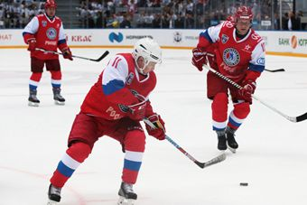 俄罗斯索契夜间冰球联赛举行 普京秀身手