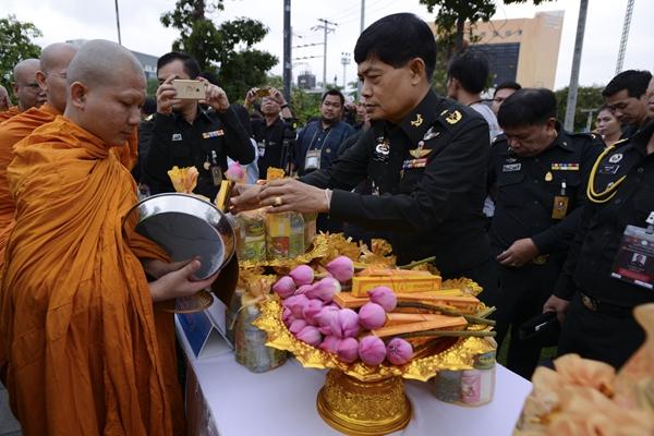 泰国庆祝佛诞节 民众前往寺庙排队祈福施善