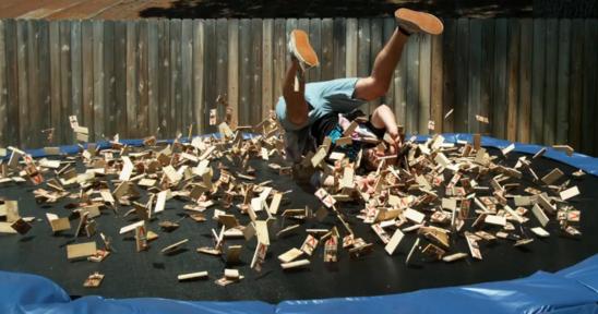 慢动作:跳入1000个老鼠夹中是怎样的体验