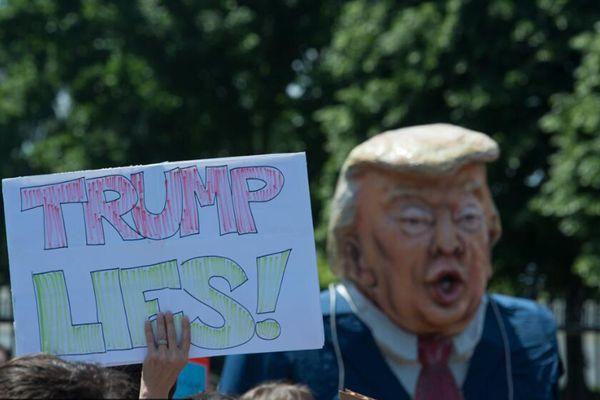 美国民众白宫前抗议特朗普罢免FBI局长