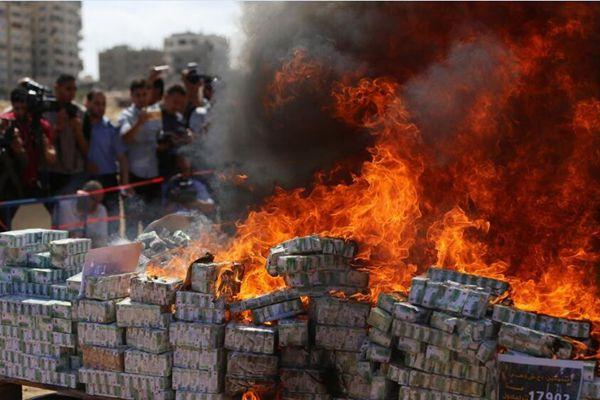 巴勒斯坦禁毒警察销毁大批缴获毒品 现场浓烟滚滚