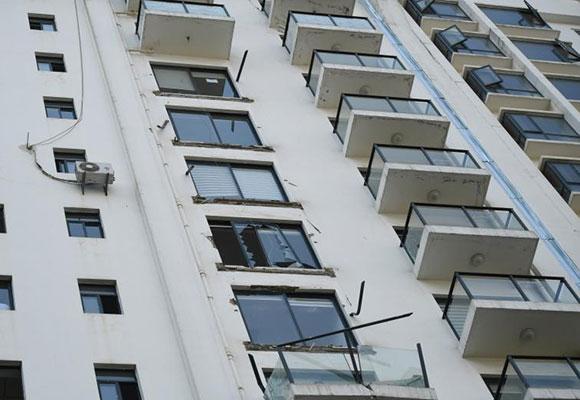 昆明一小区5户民众阳台掉落 幸无人受伤