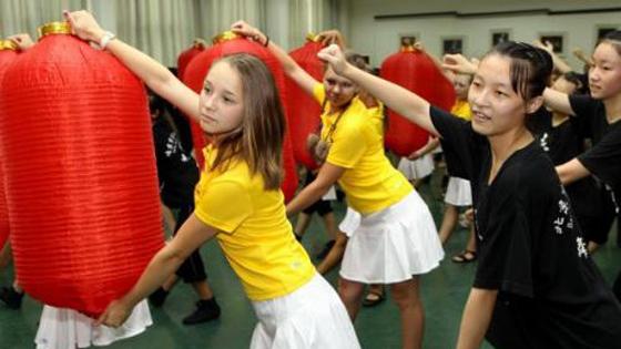 """俄女孩:在华生活能""""靠脸吃饭""""街上很安全!"""