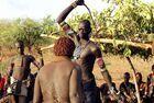 部落女子求男子鞭打示爱
