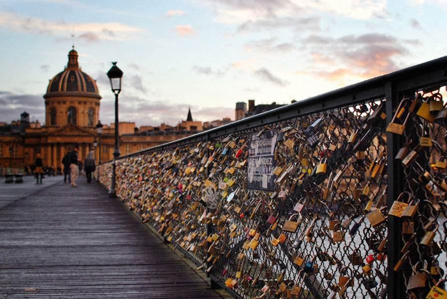 巴黎塞纳河上艺术桥被拆后 爱情锁将拍卖