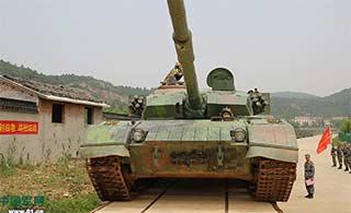 这技术:铁路窄20厘米坦克照开不误