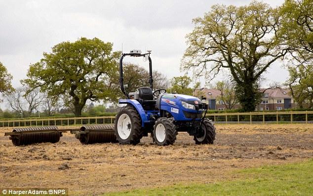 农业的未来?农民操作无人驾驶拖拉机即可收获