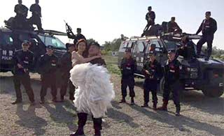 特警新郎与新娘训练场拍婚纱照