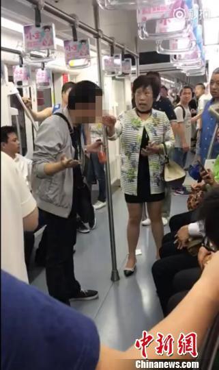 上海地铁一男子多次吐痰遭怒斥 最高或被处500元罚款