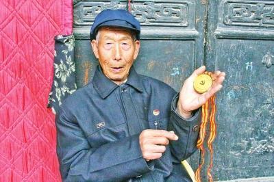 河南一84岁老党员家中办喜事 贴告示拒收礼