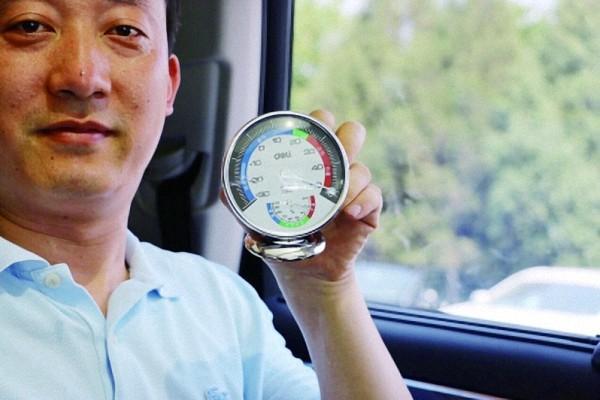 记者直播高温反锁车内测试:20分钟车内温度蹿至50℃