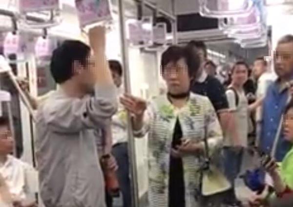 上海阿姨怒斥地铁吐痰男子 替其擦痰渍:这不是你家