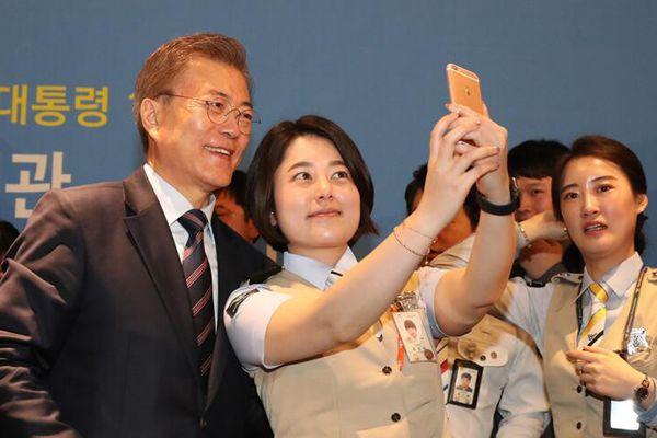 韩总统文在寅出席活动 成民众最佳自拍背景