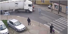 波兰老太乱穿马路被撞 竟自己起身离开