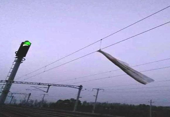 山西铁路接触网频遭轻飘垃圾侵袭 逼停列车19起
