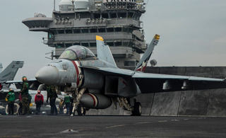 美国航母在西太平洋备战忙