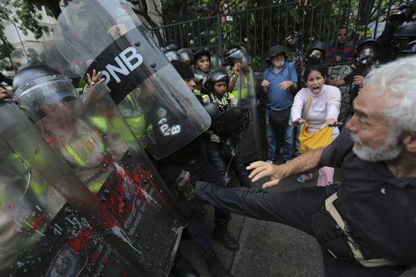 委内瑞拉数千名老年人举行反政府游行 脚踹防暴警察