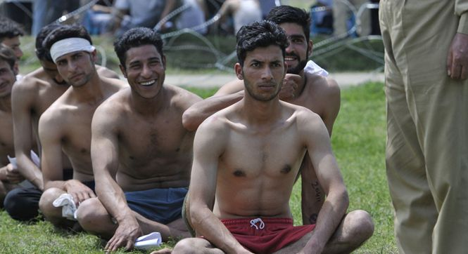 印度警察招募集会现场 天气炎热青年应聘者赤裸上身