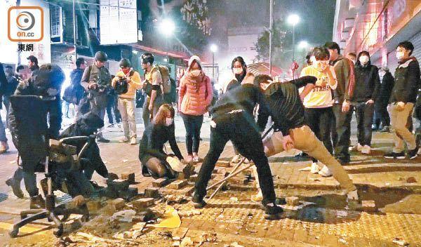 """""""旺角暴乱""""五名被告受审 首涉被告向警察扔砖"""