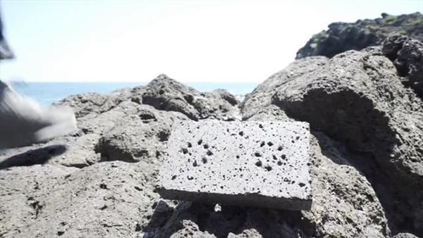 拿着火山岩做的音箱去听歌 不撞款还能防身