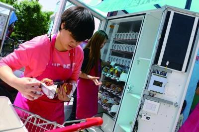 """""""分享冰箱""""现身北京 特定人群可免费领取食物"""