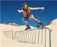红牛致敬自由滑雪先驱 史度拜冰川上演震撼大片