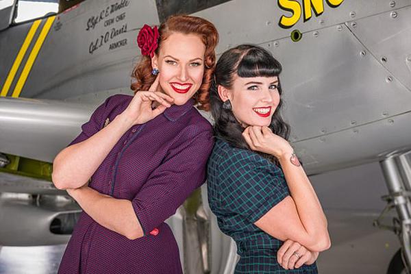 美呆!澳两女子穿经典海报女郎服装重拾自信
