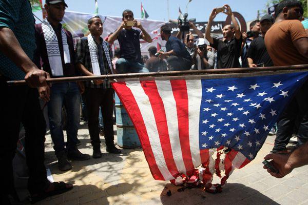 """巴勒斯坦民众纪念""""灾难日""""69周年 焚烧美国国旗"""