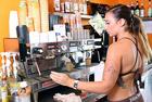 美咖啡店员穿泳装煮咖啡