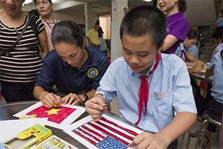 美军与越南少年儿童亲善交流