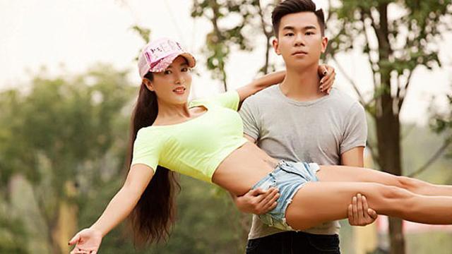 中国50岁冻龄女神和儿子看似情侣