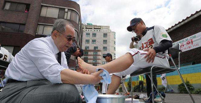 韩国教师节:白发老师为学生洗脚