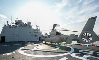 中国军舰亮相新加坡海事展
