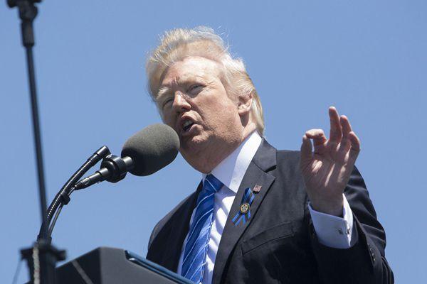 特朗普和平官员阵亡纪念日发表演讲 发型风中凌乱