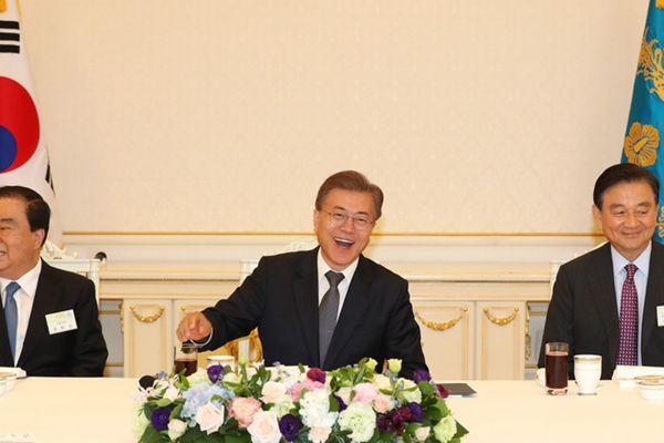 韩国总统文在寅宴请派往中美日俄四国特使