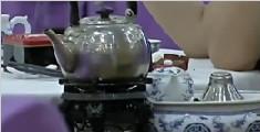 酒店服务员用茶壶偷名酒 婚礼现场遭抓包