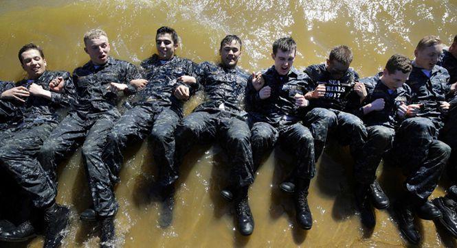 美国海军学院新生接受魔鬼式训练 超负荷挑战身体极限