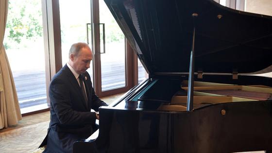 外媒:普京谦虚回应在中国秀钢琴才艺