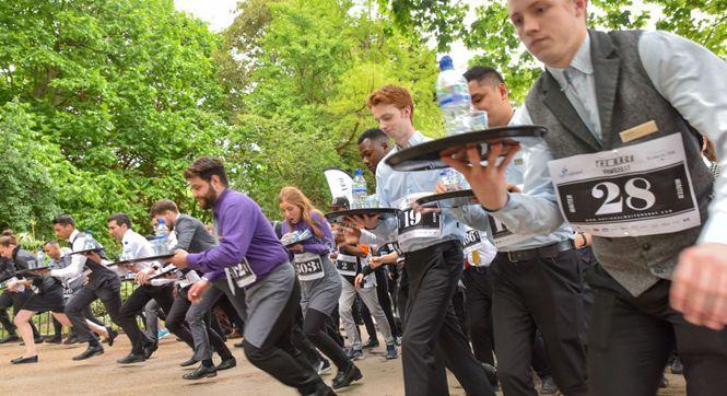 英国举行服务员赛跑大赛 举托盘狂奔警察上阵体验