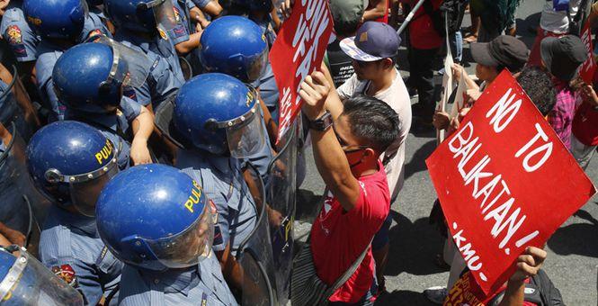 菲律宾民众抗议菲美联合军演被挫 与防暴警察近距离对峙