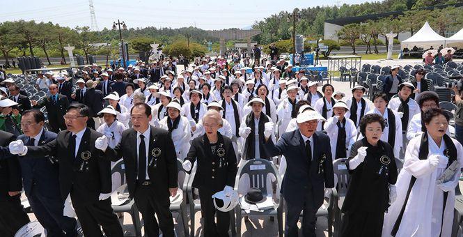 韩光州事件37周年 遇难者家属纪念逝者
