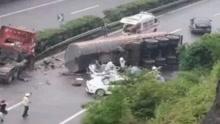 罐车雨天猛踩刹车高速侧翻 横扫路面一片小车