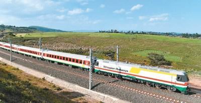 """中国侨网二〇一六年十月三日,在埃塞俄比亚首都亚的斯亚贝巴附近,一列试运行列车在亚吉铁路上行驶。该项目是继坦赞铁路之后,中国在非洲修建的又一条跨国铁路,被誉为""""新时期的坦赞铁路""""。"""