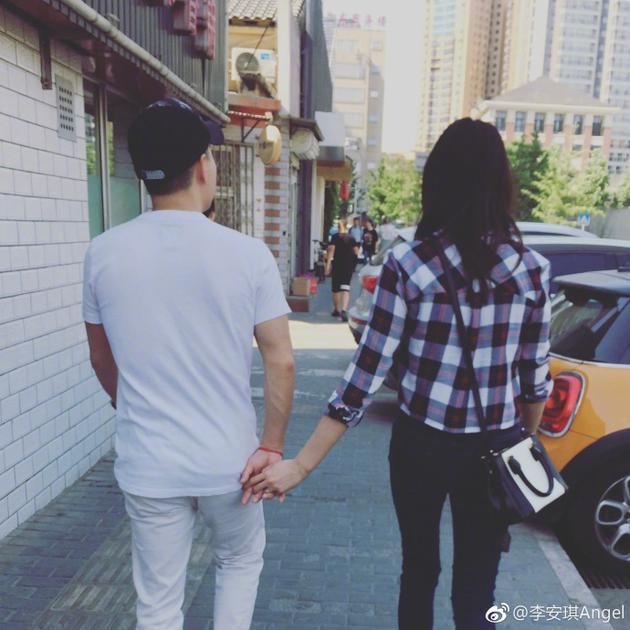 李小鹏/撒***!李小鹏和老婆牵手逛街背影甜蜜超幸福
